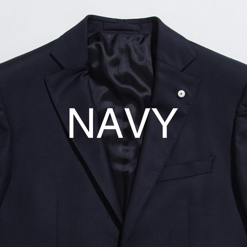 442258f35726 ライトブルーのストライプシャツとレッドのネクタイ。 ネイビーの硬い印象をほど良くカジュアルに柔らかくしてくれるのがポイント。
