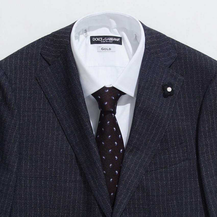 b21bad50271c ソリッドなライトブルーとレジメンタル柄のネクタイ。  柄の占める範囲が広いため煩くなりがちですが、それぞれに同系色を取り込むことでスマートにまとめ上げられる ...