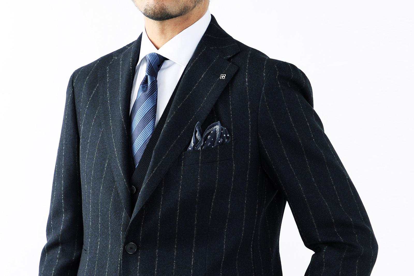 ポケットチーフのカラーは、ネクタイのカラーに合わせてコーディネートしよう
